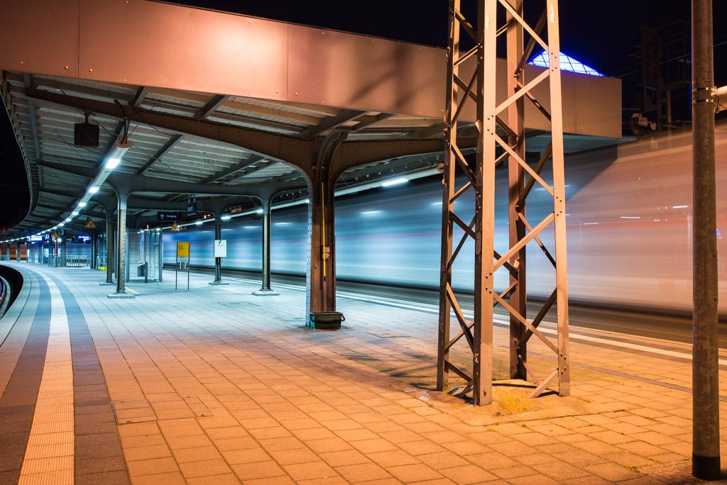 Am Hamelner Bahnhof, Bahnsteig mit durchfahrendem Zug