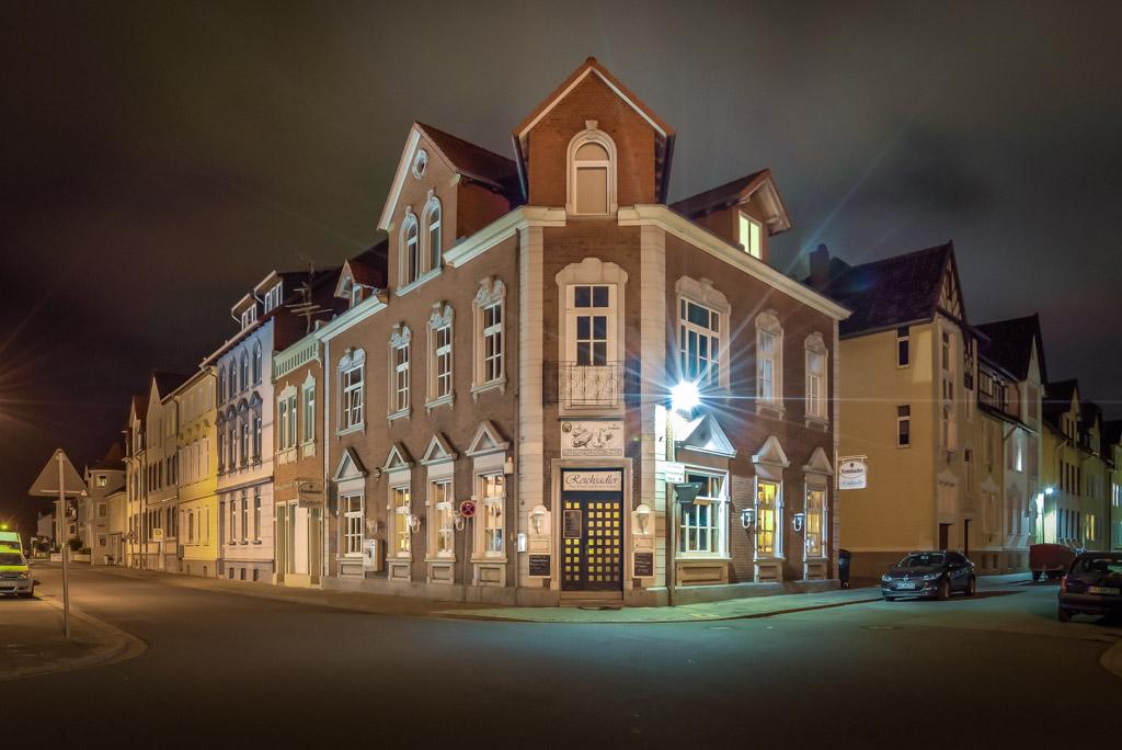 Das Restaurant Reichsadler in Hameln bei Nacht in der Ansicht