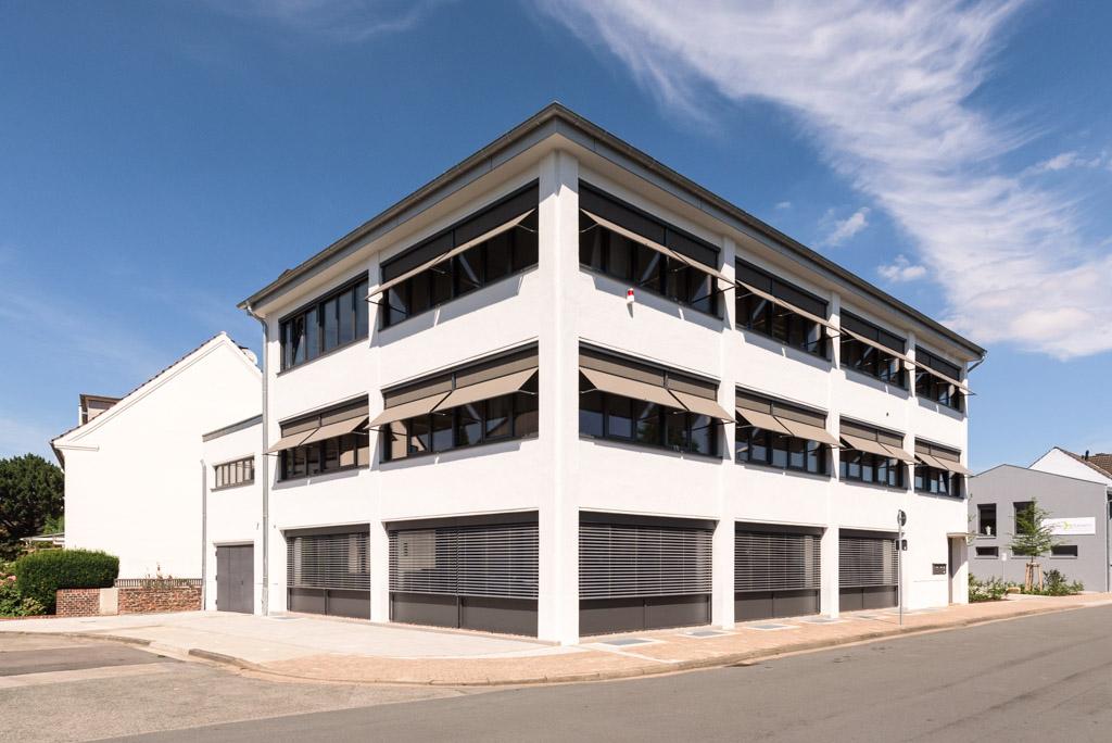 Dokumentationen: Gewerblich genutztes modernes Gebäude von außen