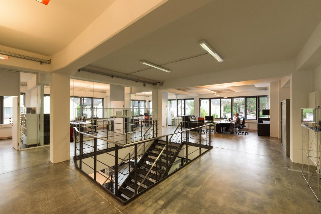 Verwaltung in einem Gewerbegebäude mit Treppe